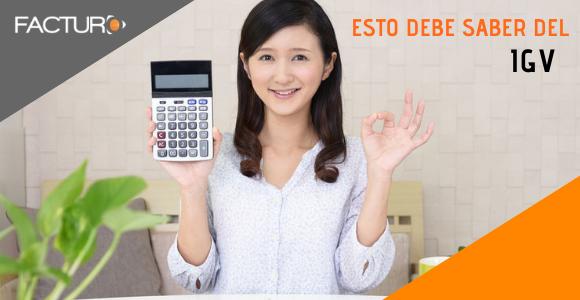 chica mostrando calculadora