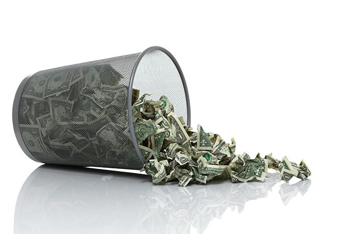 dinero en el basurero